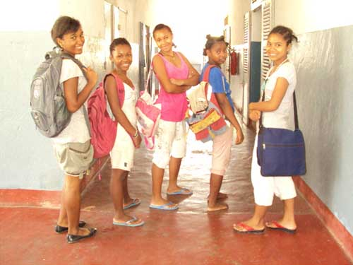 Orphelinat de Majunga, départ pour l'école