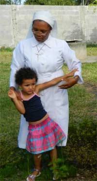 Orpheline accueillie à Sambava par Soeur Marie-Léonide