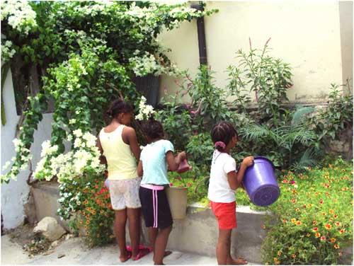 Les enfants de l'Orphelinat de Majunga jardinent