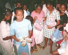 Les enfants de l'orphelinat découvrent leurs cadeaux