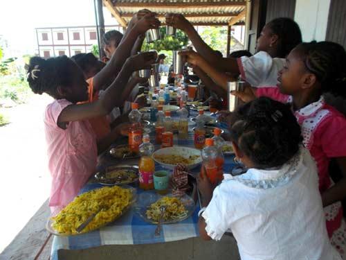 Repas de Noël pour les orphelines des Filles de Marie à Madagascar