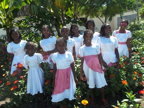 Les orphelines de Sambava ont reçu chacune une jolie robe de fête de leur Parrain