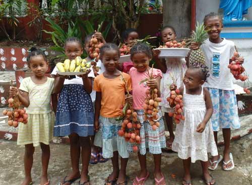 Les orphelins de l'Ile Ste Marie à Madagascar vous offrent ces fruits pour Noël, bananes et litchis bien mûrs !