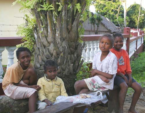 Orphelines de Madagascar dans la cour de l'orphelinat de l'Ile Ste Marie