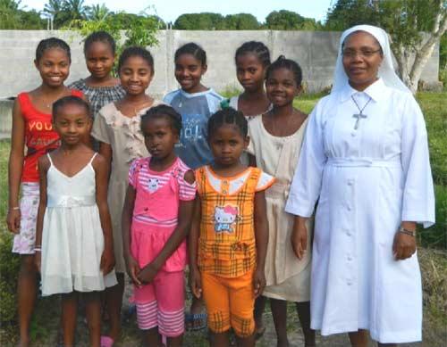 Groupe des orphelines de Sambava avec Soeur Marie-Léonide