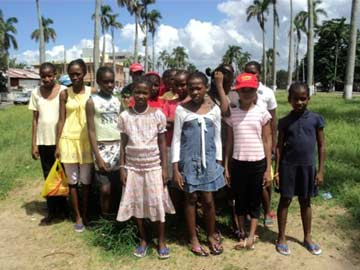 Orphelines de l'Ile Ste Marie en route pour la plage