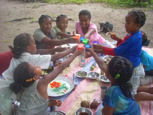 Picnic festif sur la plage à Antalaha pour les enfants des orphelinats d'Amboangibé et de Sambava