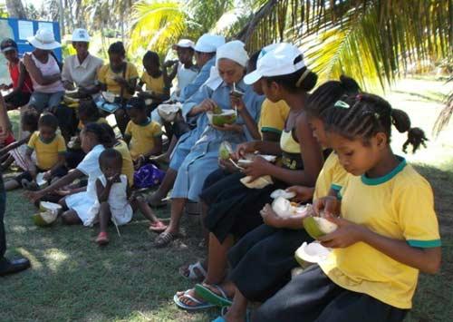 Dégustation de coco à la fabrique d'huile de coco à Antalaha pour les enfants des orphelinats d'Amboangibé et de Sambava
