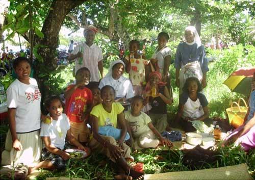 Les enfants de l'orphelinat de l'Ile Ste Marie en pique-nique pour fêter Pâques