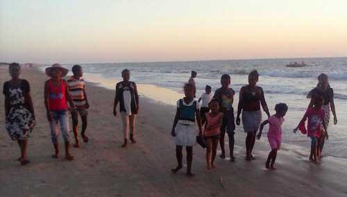 Orphelins de Madagascar sur une plage de Morondava