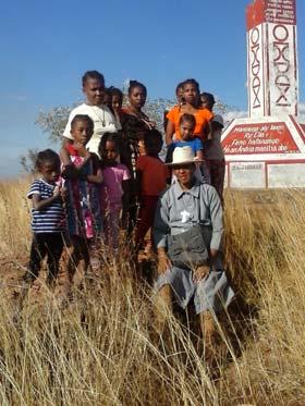 Les orphelins visitent l'allée des baobabs à Morondava, Madagascar