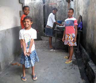 Les enfants jouent dans la venelle de l'orphelinat des Filles de Marie