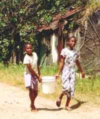 corvée d'eau à l'orphelinat Saint Joseph