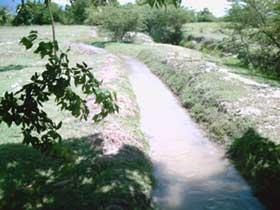Le canal principal, derrière les bassins