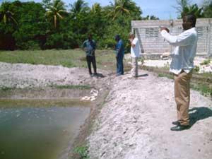Démonstration de la méthode de fertilisation de l'eau par l'un des ingénieurs