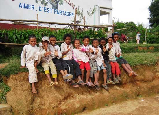 Les enfants de Madagascar saluent leurs parrains et marraines de SOS Enfants