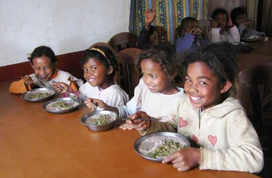 Repas copieux et équilibré à la cantine de l'école Akany Aina à Madagascar
