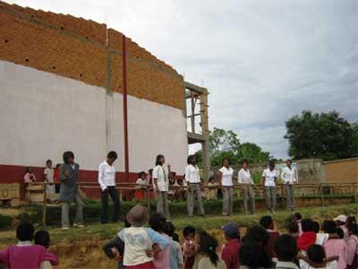 Les professeurs chantent et dansent
