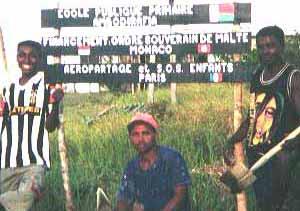 Laposy, Pascal et Eloge devant le panneau du chantier
