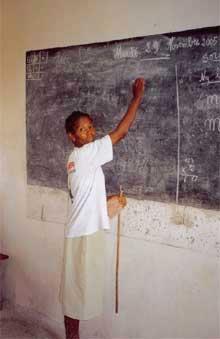 Enseignant malgache au tableau noir