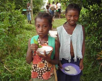 Repas de midi à l'école d'Ambodirafia à Madagascar