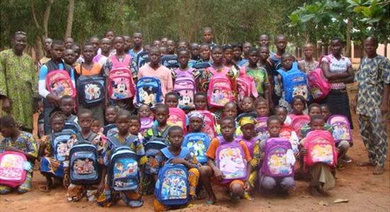 Distribution de fournitures scolaires aux orphelins d'Afrique