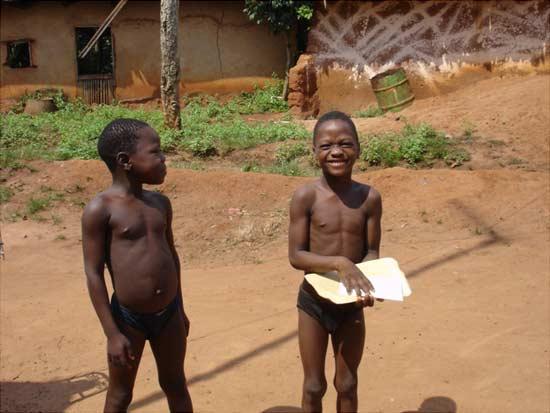 Enfants du Bénin recevant leur acte d'état civil des mains de l'animateur de la SMDS