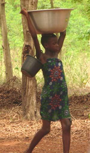 Enfant du Bénin victime de traite d'enfant effectuant des travaux forcés trop durs pour son âge