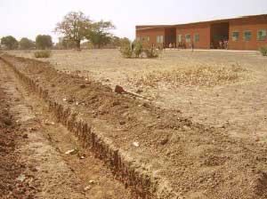 La tranchée pour la clôture mixte de l'école de Kouïla
