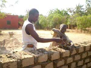 Travaux de maçonnerie à Guiè, Burkina Faso