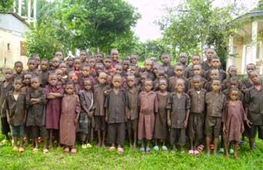 Les élèves Pygmées Bagyeli de l'école primaire