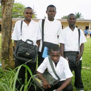 Les quatre élèves Pygmées de Kribi