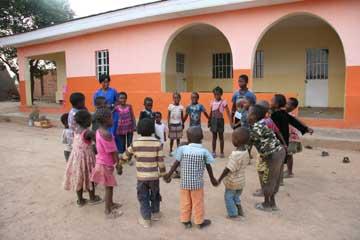 La maison orange du Village d'Enfants Bumi de Karavia