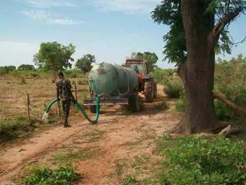 Arrosage des plantations des haies mixtes, Guiè, Burkina Faso