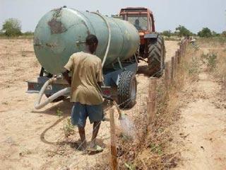 Arrosage des plantations à l'aide le da citerne à Guiè, Burkina Faso