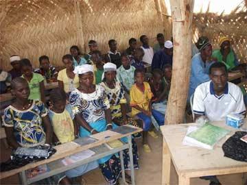 Classe d'alphabétisation en Moré à Guiè au Burkina Faso