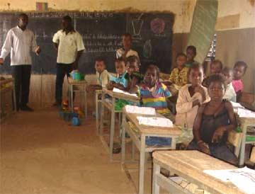 les élèves dans leur classe d'école primaire à Babou