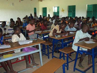 les élèves dans leur classe d'école primaire à Guiè