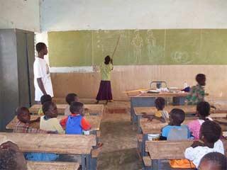Une classe de l'école primaire, région de Guiè