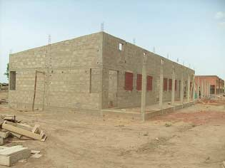 Fin des travaux de maçonneriede l'école B de Guiè, Burkina Faso