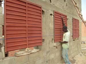 Pose des portes et des fenêtres, école B de Guiè, Burkina Faso