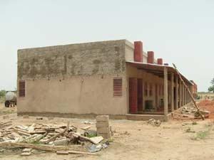 Crépissage extérieur, école B de Guiè, Burkina Faso