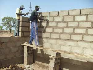 Edification des murs de l'école B de Guiè, Burkina Faso