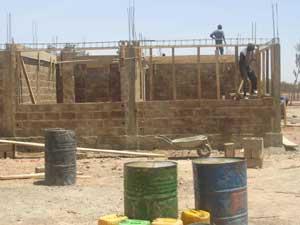 Edification des murs de la maternité de Guiè, Burkina Faso