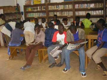 Bibliothèque à la disposition des élèves à Guiè