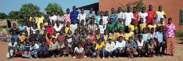 Un groupe d'élèves des cours d'été à Guiè