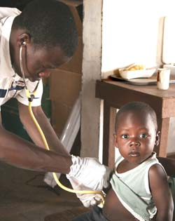 Examen médical au Poste de Santé Primaire de Guiè, Burkina Faso