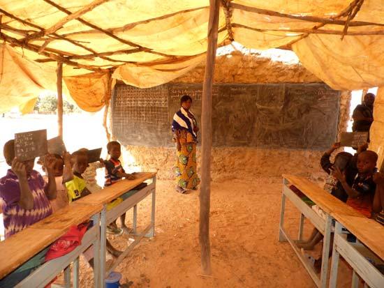 Les élèves dans leur classe sous paillotte à Koulmastanga au Burkina Faso