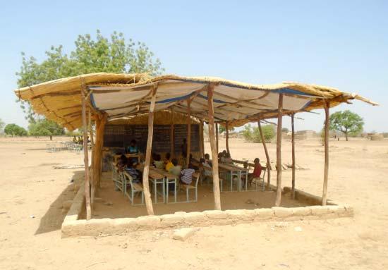 Une première classe sous paillotte à Koulmastanga, Burkina Faso
