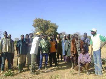 Réunion des villageois pour la création de l'association Tenkeega à Goèma
